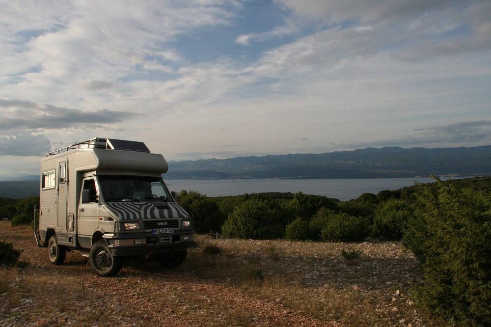 Wohnmobil mit Meer im Hintergrund