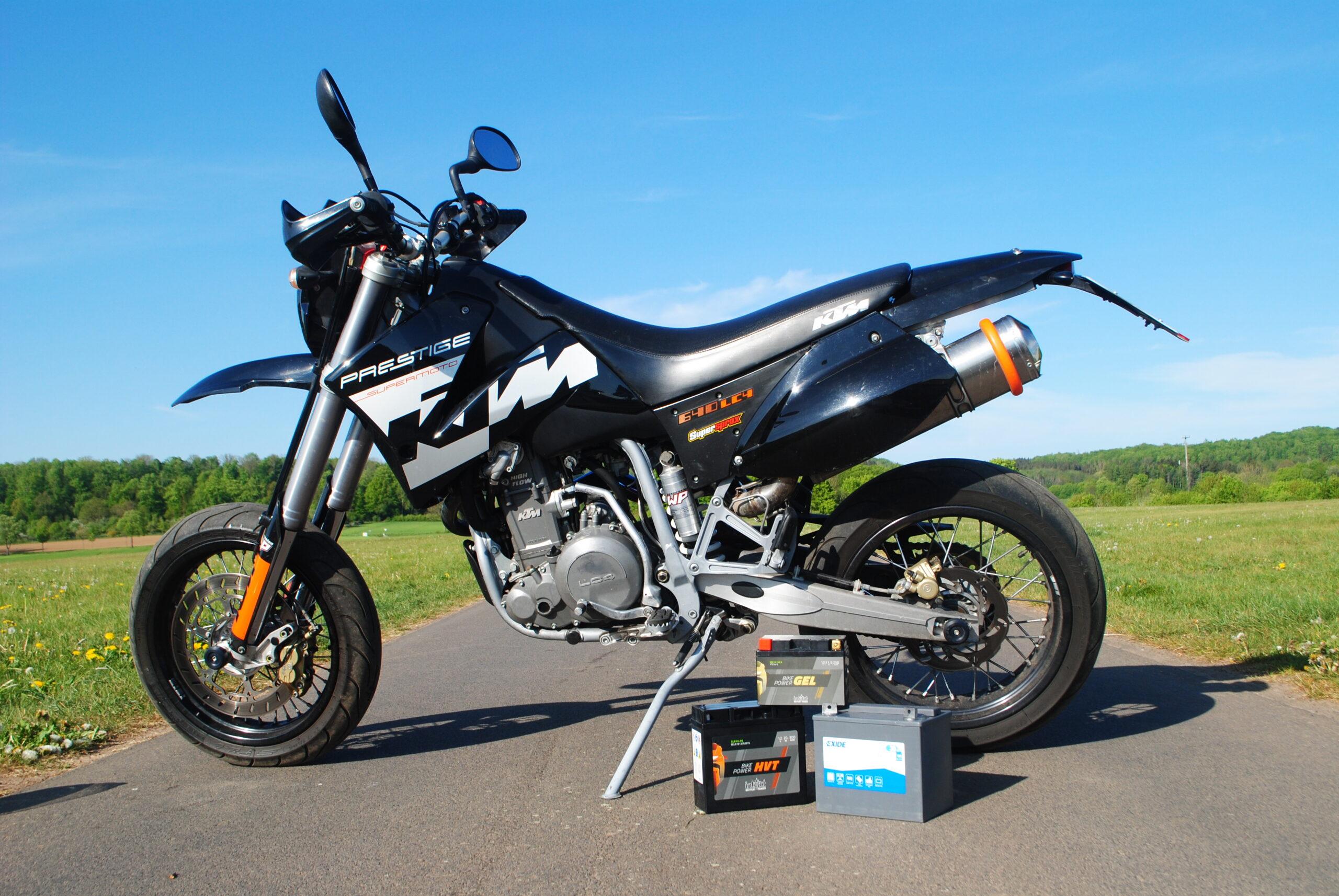 Motorrad mit Batterien im Vordergrund