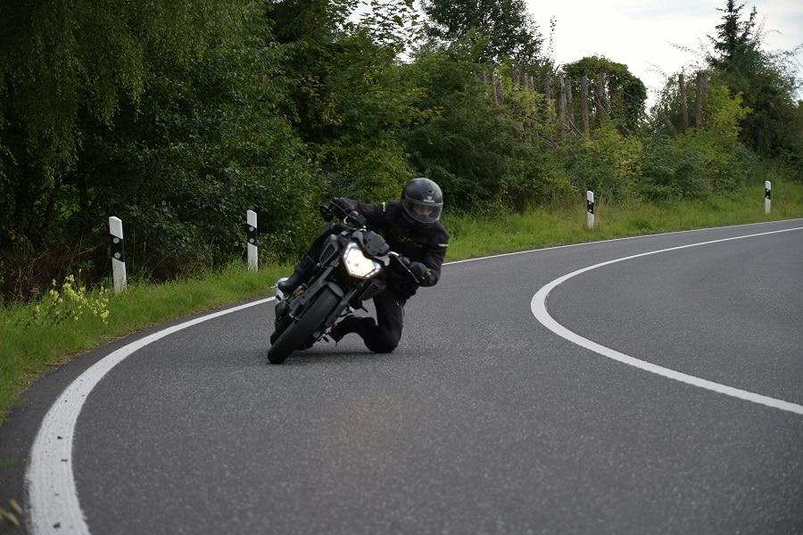 Motorradfahrer in einer Kurve